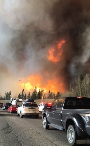 wildfire_near_highway_63_in_south_fort_mcmurray2c_with_large_visible_flames_28straightend26enhanced29